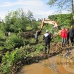 """Prnjavor: Zaseok Kurtići već tri dana intezivno radi na čišćenju, proširenju i produbljenju korita potoka """"Kalesijica"""""""