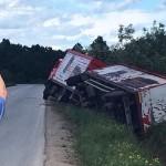 FOTO: Kamion završio u kanalu pored puta