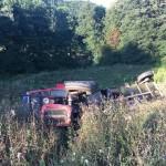 FOTO: U prevrtanju traktora u Gornjim Tojšićima jedna osoba smrtno stradala, dvije teže povrijeđene