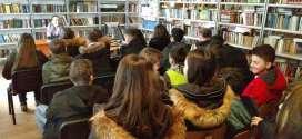 BKC Kalesija: Povodom obilježavanja Dana maternjg jezika učenici crtali, dijelili letke, pisali bosančicom…